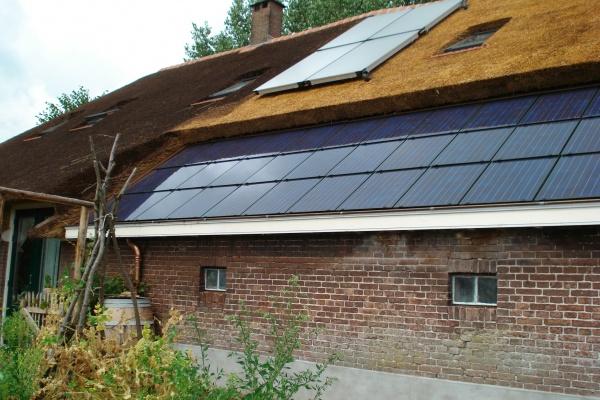 zonnepanelen-rieten-dak-3.jpg